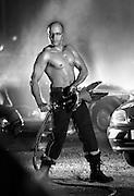 Sapeur pompier sexy tenant un outil de désincarcération à la main.