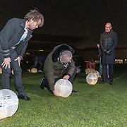 NLD/Amsterdam/20191209 - Aftrap KWF lampionnenactie, Gordon en Chiel Beelen plaatsen een lampioen ter gedachtenis aan hun dierbaren