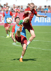 23.08.2015, Saebener Strasse, Muenchen, GER, 1. FBL, FC Bayern Muenchen, Training, im Bild vl. Robert Lewandowski ( FC Bayern Muenchen ) und Sebastian Rode ( FC Bayern Muenchen ) // during a Trainingssession of German Bundesliga Club FC Bayern Munich at the Saebener Strasse in Muenchen, Germany on 2015/08/23. EXPA Pictures © 2015, PhotoCredit: EXPA/ Eibner-Pressefoto/ Vallejos<br /> <br /> *****ATTENTION - OUT of GER*****