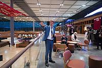"""DEU, Deutschland, Germany, Berlin, 30.10.2020: Feierliche Enthüllung der Willy-Brandt-Wand im Flughafen Berlin Brandenburg """"Willy Brandt"""", BER, Terminal 1. Engelbert Lütke Daldrup, Vorsitzender der Geschäftsführung BER, erklärt Besuchern bei einer Führung durch die Check-in-Halle des T1 den neuen Flughafen."""