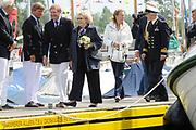Koningin Beatrix bij vlootschouw jubileum KWVL, Loosdrecht. /// Queen Beatrix Jubilee naval review KWVL<br /> <br /> Op de foto / On the photo:  Koningin Beatrix komt van boord van De Groene Draeck op de Loosdrechtse Plassen