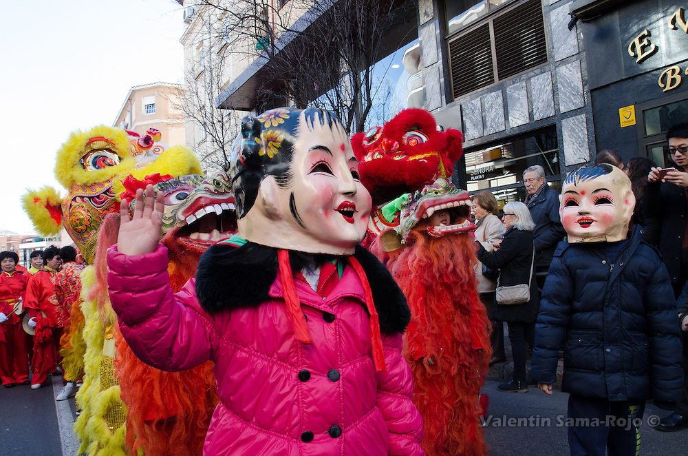 Madrid, Spain. 28th January, 2017. Kids wearing a traditional Buddha head during the Chinese New Year parade in Madrid. © Valentin Sama-Rojo.