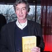 NLD/Amsterdam/20140220 - Boekpresentatie Fout Geld in De Nederlandse Bank, Thomas Ross met het boek Fout Goud