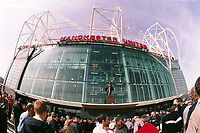 Fotball, Fans gather outside Old Trafford the home of Man Utd. Manchester United v Manchester City. FA Premiership, 21/4/2001.  Andrew Cowie, Digitalsport