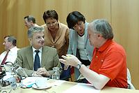 21 JUL 2003, BERLIN/GERMANY:<br /> Joachim Poss, MdB, SPD, Stellv. Fraktionsvors. f. Finanzen, Gudrun Schaich-Walch, MdB, SPD, Stellv. Fraktionsvors. f. Gesundheit, Ulla Schmidt, SPD, Bundesgesundheitsministerin, und Ludwig Stiegler, MdB, SPD, Stellv. Fraktionsvors. f. Wirtschaft u. Arbeit, (v.L.n.R.), im Gespraech,  vor Beginn der Sitzung des SPD Praesidiums, Willy-Brandt-Haus<br /> IMAGE: 20030721-01-008<br /> KEYWORDS: Präsidium, Gespräch, Joachim Poß