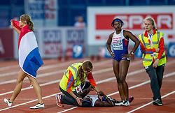 08-07-2016 NED: European Athletics Championships day 3, Amsterdam<br /> Voordat Dafne Schippers haar ererondje gaat lopen gaat ze kijken bij Denise Henry GBR die onderuit ging bij de 100 meter