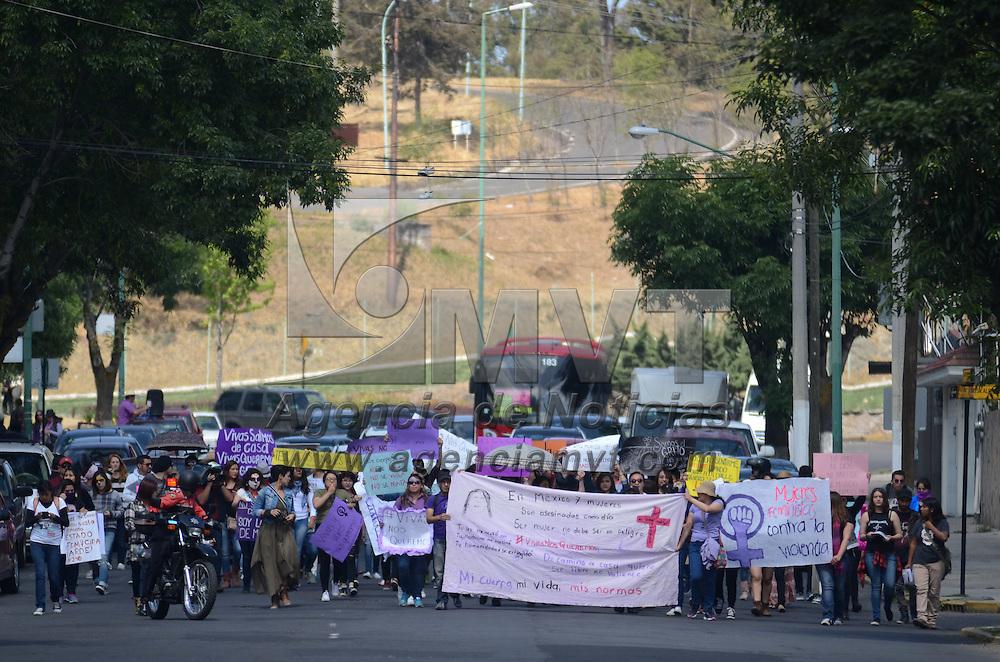 Toluca, México (Abril 24, 2016).- Cerca de 150 mujeres de diversas asociaciones civiles participaron en la Movilización Nacional Contra la Violencia Machista, donde recorrieron las principales calles de capital mexiquense culminando en la plaza de los Mártires. Agencia MVT / Arturo Hernández.