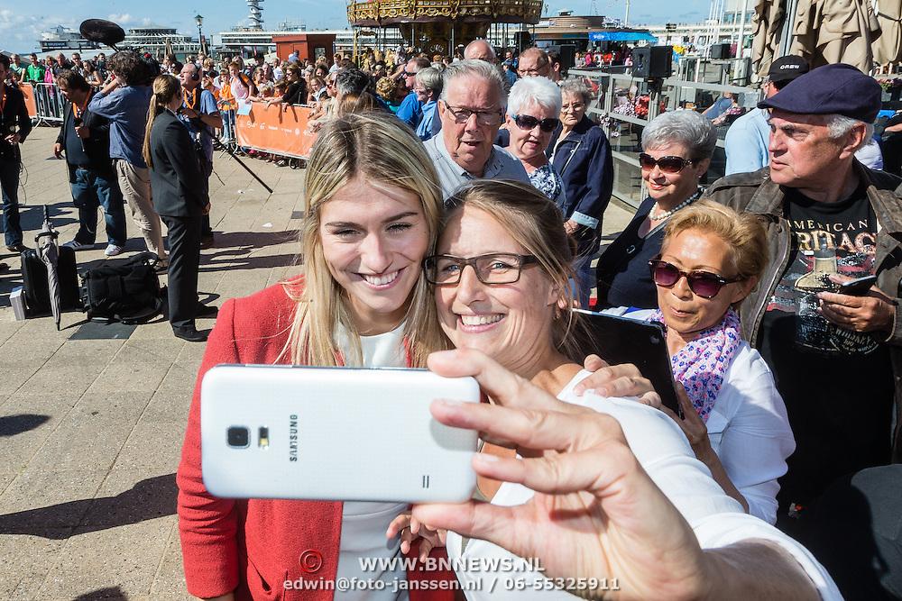 NLD/Scheveningen/20160713 - Perspresentatie sporters voor de Olympische Spelen 2016 in Rio de Janeiro, Estvana Polman op de foto met fans