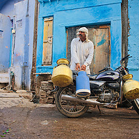 MIlkmand selling milk door to door at Bundi