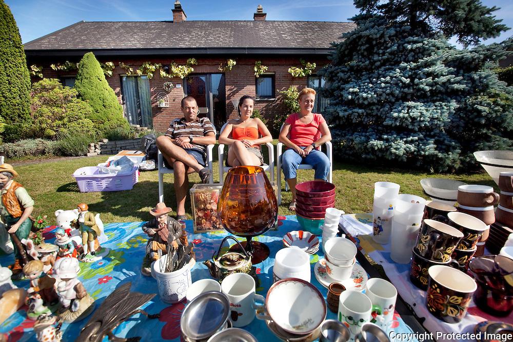 361970-garageverkoop in heel Heist-verkopers-Johnny De Weyer, Sofie De Weyer en Sonja Van Oudendyck-Heist op den Berg