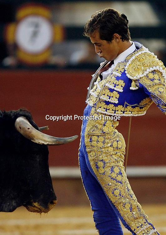 V. 08. Valencia, 21/07/06. El diestro Cesar Jimenez desfia a su segundo astado, Campanico, en la corrida de toros celebrada hoy en el coso valenciano con motivo de la feria de Julio. EFE/Kai Försterling