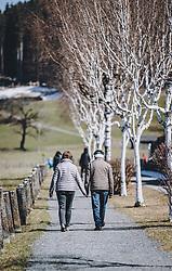 01.04.2020, Kaprun, AUT, Coronavirus in Österreich, im Bild ein älteres Ehepaar spaziert Hand in Hand auf einem Gehweg während der Coronavirus Pandemie // an elderly couple walking hand in hand outside during the World Wide Coronavirus Pandemic in Kaprun, Austria on 2020/04/01. EXPA Pictures © 2020, PhotoCredit: EXPA/ JFK
