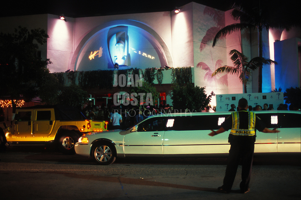 EEUU. Florida. Miami.<br /> Limousine at the entrance of a discotheque at South Beach.<br /> <br /> ©JOAN COSTA