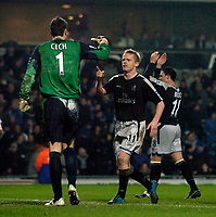Fotball<br /> England 2004/2005<br /> Foto: SBI/Digitalsport<br /> NORWAY ONLY<br /> <br /> Blackburn Rovers v Chelsea, Barclays Premiership, 02/02/2005.<br /> Chelsea's Damien Duff seems to acknowledge the role of goalkeeper Petr Cech in the win, as his penalty save kept Blackburn out.