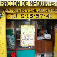 Toluca, México.- José Morales Cordero lleva 22 años dedicándose a la reparación y venta de máquinas de escribir, menciona que a partir del año dos mil, disminuyó su cartera de clientes debido al avence tecnólogico de las computadoras, no obstante aún permanecen 10 negocios dedicados a este oficio en toluca. Agencia MVT / Arturo Hernández S.
