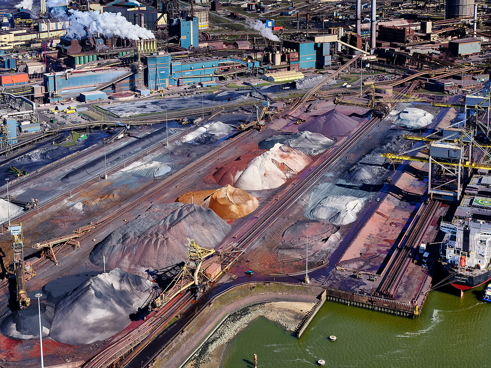Nederland, Noord-Holland, IJmuiden, 23-03-2020; Velsen-Noord, Noorderbuitenkanaal en Hoogovenkanaal met bulk carriers voor erts en kolen van Tata Steel. Zicht op de pelletfabriek en hoogovens.<br /> Tata Steel industrial site, steel works.<br /> luchtfoto (toeslag op standaard tarieven);<br /> aerial photo (additional fee required)<br /> copyright © 2020 foto/photo Siebe Swart