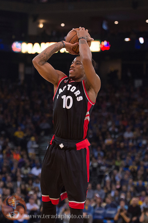 November 17, 2015; Oakland, CA, USA; Toronto Raptors guard DeMar DeRozan (10) shoots the basketball during the first quarter against the Golden State Warriors at Oracle Arena. The Warriors defeated the Raptors 115-110.