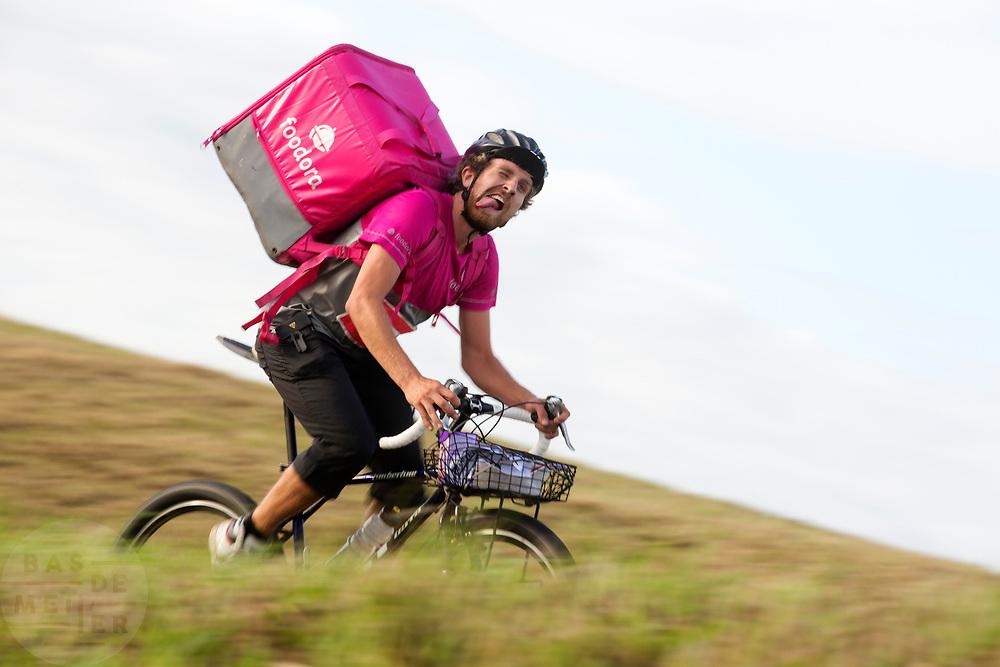 Een bezorger van Foodora. In Nieuwegein wordt het NK Fietskoerieren gehouden. Fietskoeriers uit Nederland strijden om de titel door op een parcours het snelst zoveel mogelijk stempels te halen en lading weg te brengen. Daarbij moeten ze een slimme route kiezen.<br /> <br /> In Nieuwegein bike messengers battle for the Open Dutch Bicycle Messenger Championship.