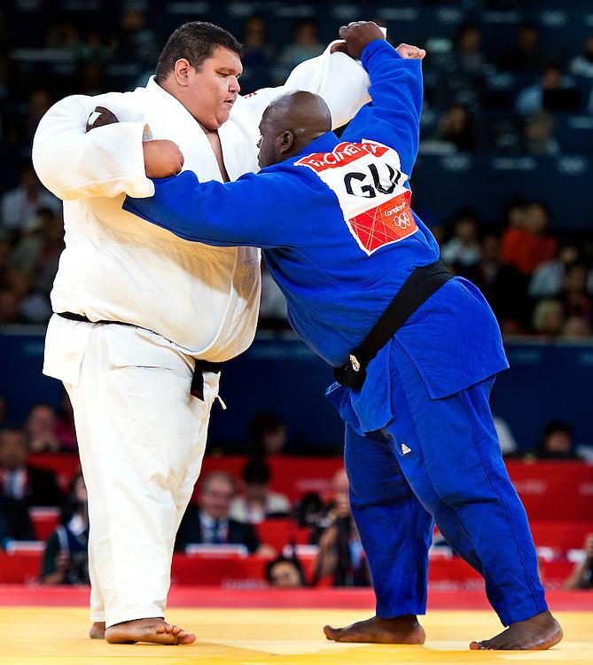 Engeland, Londen, 03-08-2012.<br /> Olympische Spelen.<br /> Judo, Mannen, Boven 100 kg, Eliminatie ronde.<br /> Ricardo Blas Jr uit Guam ( wit ) en Facinet Keita uit Guinea proberen elkaar om te duwen.<br /> Foto : Klaas Jan van der Weij