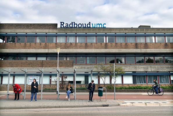 Nederland, Nijmegen, 4-10-2018Gebouw umc radboud, umcn, academisch, radboudumc, universitair ziekenhuis. Op de voorgrond de bushalte met wachtende mensen .Foto: Flip Franssen