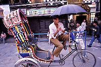Nepal - Vallée de Kathmandu - Kathmandu - Vendeur de flute assis sur un velo rikschaw
