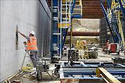 Nederland, Maastricht, 7-8-2013Aanleg van de tunnels in de A2 door een deel van de stad. Arbeiders, bouwvakkers uit portugal, zuid europa, en polen doen hier veel werk. arbeidsmigranten, arbeidsmigratieFoto: Flip Franssen/Hollandse Hoogte