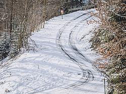 THEMENBILD - Autoreifen-Spuren im Schnee auf einer Bergstrasse, aufgenommen am 04. Dezember 2020, Piesendorf, Österreich // Car tyre tracks in the snow on a mountain road on 2020/12/04, Piesendorf, Austria. EXPA Pictures © 2020, PhotoCredit: EXPA/ Stefanie Oberhauser