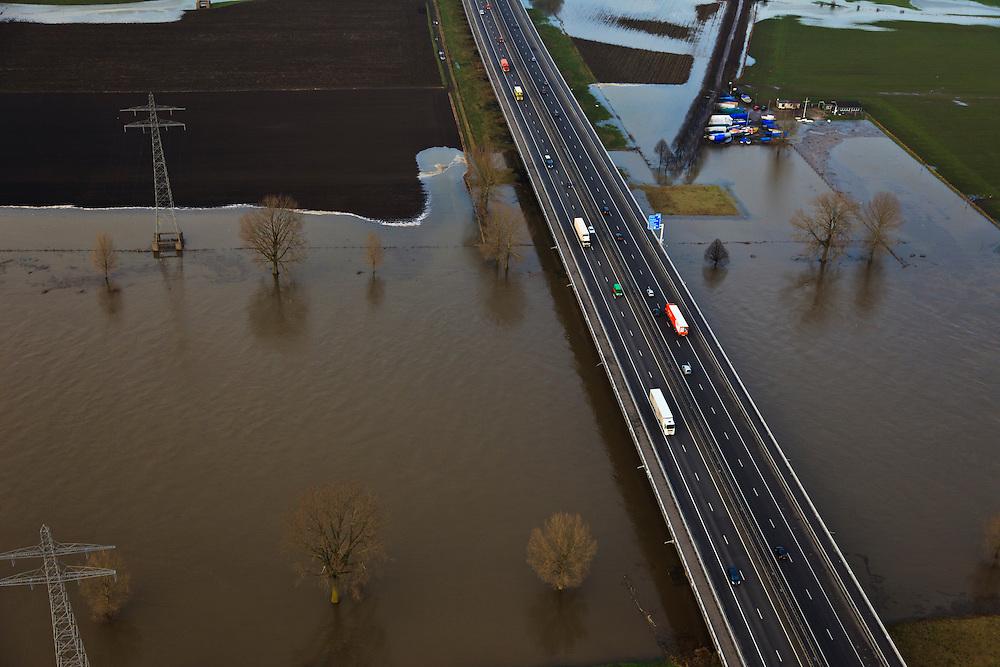 Nederland, Gelderland, Heumen, 10-01-2011;.Brug over de Maas met rijksweg A73 bij Heumen. Bridge across the river Meuse with roadway A73 near Heumen..luchtfoto (toeslag), aerial photo (additional fee required).foto/photo Siebe Swart