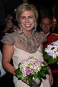 Viering van de tachtigste verjaardag van cabaretier Paul van Vliet in  Theater Carré, Amsterdam. Tijdens de eenmalige voorstelling Vandaag of morgen ter ere van zijn tachtigste verjaardag treedt Van Vliet op samen met collega-cabaretiers Youp van 't  Hek, Herman van Veen, Bert Visscher en Jochem Myjer.<br /> <br /> Op de foto:  Prinses Beatrix samen met prinses Laurentien