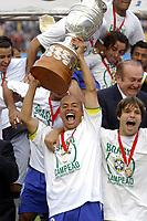 25/07/04 - LIMA - PERU -  COPA AMERICA PERU 2004 -  BRASIL - BRAZIL (5) win by penalty  over ARGENTINA (3) - BRAZIL CHAMPION CELEBRATION.<br />Brazilian Player N*10 ALEX receiving the cup and celebrating with DIEGO.<br />©G.P./Argenpress.com