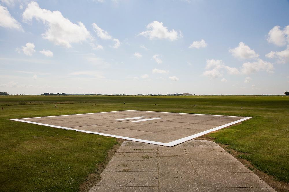 Nederland, Noord-Holland, Texel, 14-07-2008; vliegveld Texel, Texel airport; internationaal vliegveld 'De Vlijt''; heliplatform, H voor helikopter (helicopter);.luchtfoto (toeslag); aerial photo (additional fee required); .foto Siebe Swart / photo Siebe Swart