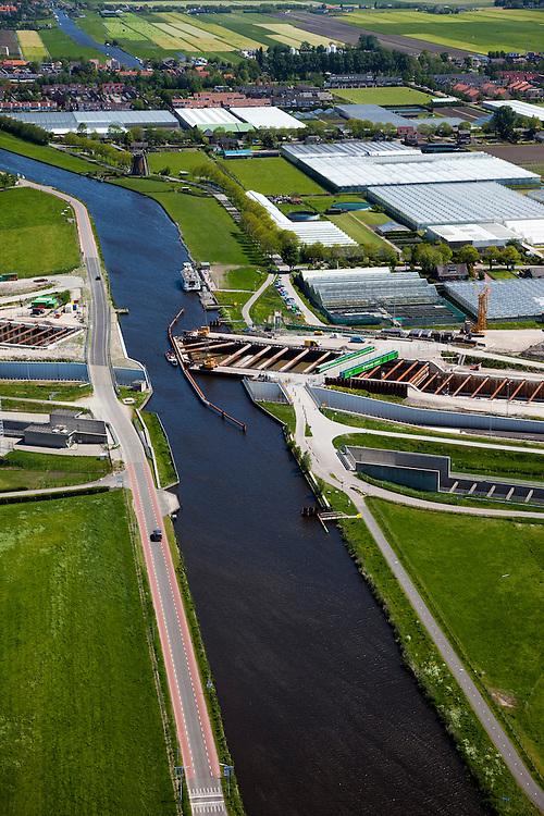 Nederland, Zuid-Holland, Noord-Holland,12-05-2009; Huigsloterdijk en Ringvaart Haarlemmermeer. Aanleg nieuw aquaduct voor de te verbreden Rijksweg A4. Het nieuwe aqua-duct komt naast de bestaande aquaducten voor de autoweg A4 (midden) en de  HSL (onder). In de achtergrond de kassen van Roelofarendsveen.Swart collectie, luchtfoto (toeslag); Swart Collection, aerial photo (additional fee required).foto Siebe Swart / photo Siebe Swart