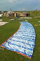 Mongolie, Province de Arkhangai, Vallee de l'Orkhon, montage de la yourte, Transhumance // Mongolia, Arkhangai province, Okhon valley, yurt assembly, transhumance