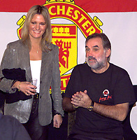 Fotball<br /> Foto: Colorsport/Digitalsport<br /> NORWAY ONLY<br /> <br /> Georg Best - døde i dag 25.11.2005<br /> <br /> George Best (right) former football star player of Manchester United and Northen Ireland with his wife Alex in Tokyo 29/11/1999