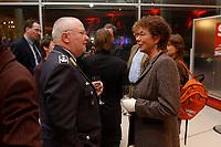 13 JAN 2003, BERLIN/GERMANY:<br /> Bernhard Gertz, Bundesvorsitzender Deutscher Bundeswehr-Verband e.V., und Angelika Beer, B90/Gruene Bundesvorsitzende, im Gespraech, Neujahrsempfang der SPD Bundestagsfraktion, Fraktionsebene, Deutscher Bundestag<br /> IMAGE: 20030113-02-073<br /> KEYWORDS: Gespräch
