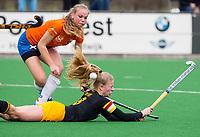BLOEMENDAAL - hockey - Competitie Landelijk meisjes : Bloemendaal MB1-Den Bosch MB1 (1-1). Teuntje de Wit van Den Bosch met Bibian van Lieverloo. COPYRIGHT KOEN SUYK
