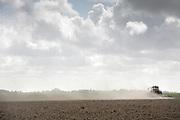 A farmer plowing his field near Ee, Friesland // Een boer ploegt zijn akker.