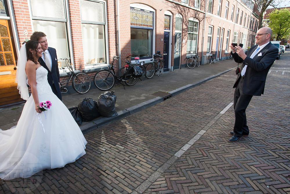 Een bruidspaar poseert nog even voor de foto.<br /> <br /> A bride couple is posing for the photo.