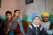 Ioana avec trois de ses quatre enfants dans sa maison de Popricani en 2009. Ioana est mère au foyer. Elle s'est mariée avec un homme du village qui travaille dans le bâtiment en France. <br />