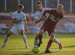 Anders Holst (FC Helsingør) har fat i Sebastian Denius (Skive IK) under kampen i 1. Division mellem FC Helsingør og Skive IK den 18. oktober 2020 på Helsingør Stadion (Foto: Claus Birch).