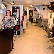 NLD/Huizen/20070319 - Wave Lenght kapsalon Oranje Weeshuistraat 15 Huizen, kapster Pauline Farrel is 25 jaar kapster