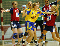Håndball, 5. juni 2005,  Norge - Sverige, kvinner, damer Helena Andersson, Sverige mot Karolin Dyhre Breivang og Randi Gustad, Norge