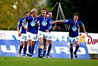 Fotball 1. divisjon menn Hødd v Strømsgodset 4-4,09. Oktober 2005,Hødds Finn Erik stavseng blir gratulert av lagkameratene etter mål nr 4, Foto: Richard Brevik, Digitalsport