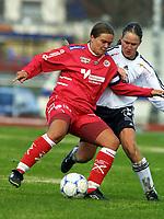 Football, Topperien kvinner, 5. mail 2001 Føyka. Asker - - Bjørnar 3-3.  Ingrid Camilla Fosse Sæthre, Arna-Bjørnar, og Tone Gunn Frustøl, Asker