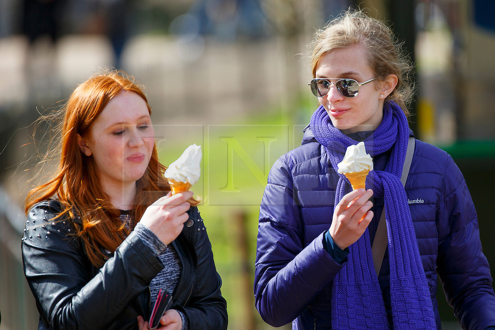 © Licensed to London News Pictures. 31/03/2016. London, UK. People enjoying sunshine in St James's Park in central London on Thursday, 31 March 2016. Photo credit: Tolga Akmen/LNP