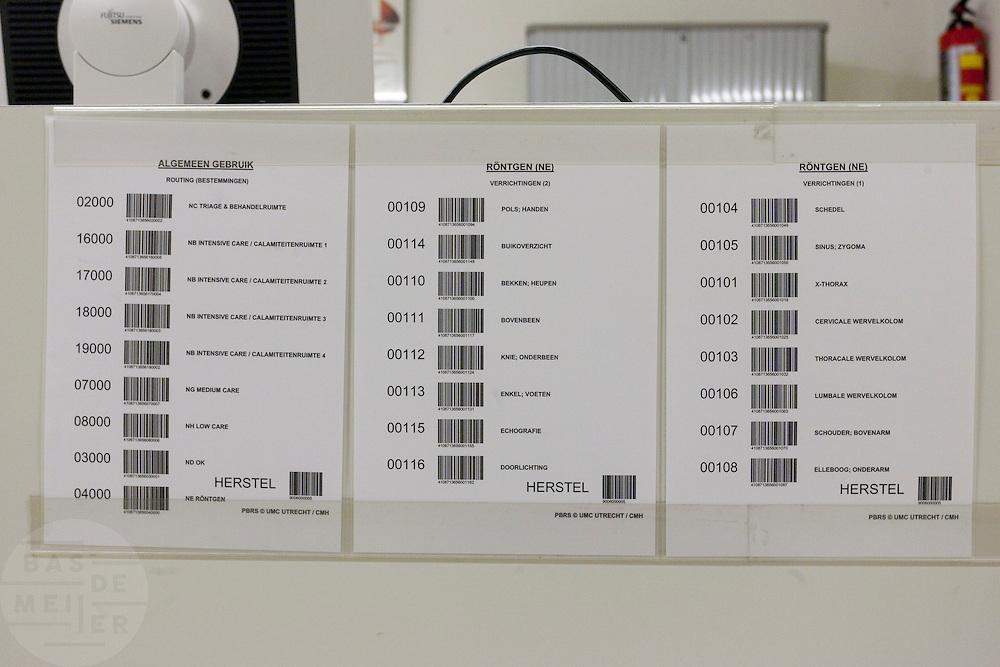 Met barcodes worden patiënten bij het calamiteitenhospitaal gevolgd en wordt de juiste behandeling toegewezen. Bij het calamiteitenhospitaal in Utrecht worden slachtoffers van grote rampen als eerste behandeld. Afhankelijk van de ernst van de verwonding, wordt het slachtoffer ingedeeld in rood, geel of groen. Het hospitaal is uniek in Europa en is gevestigd in de voormalige atoombunker onder het UMC Utrecht.<br /> <br /> With barcodes the patient is being followed through the trauma and emergency hospital. At the basement of the UMC Utrecht a special hospital for emergency and major incidents is based. Patients are being labelled by number and depending on the injuries they will be transported to the zone red, yellow or green.