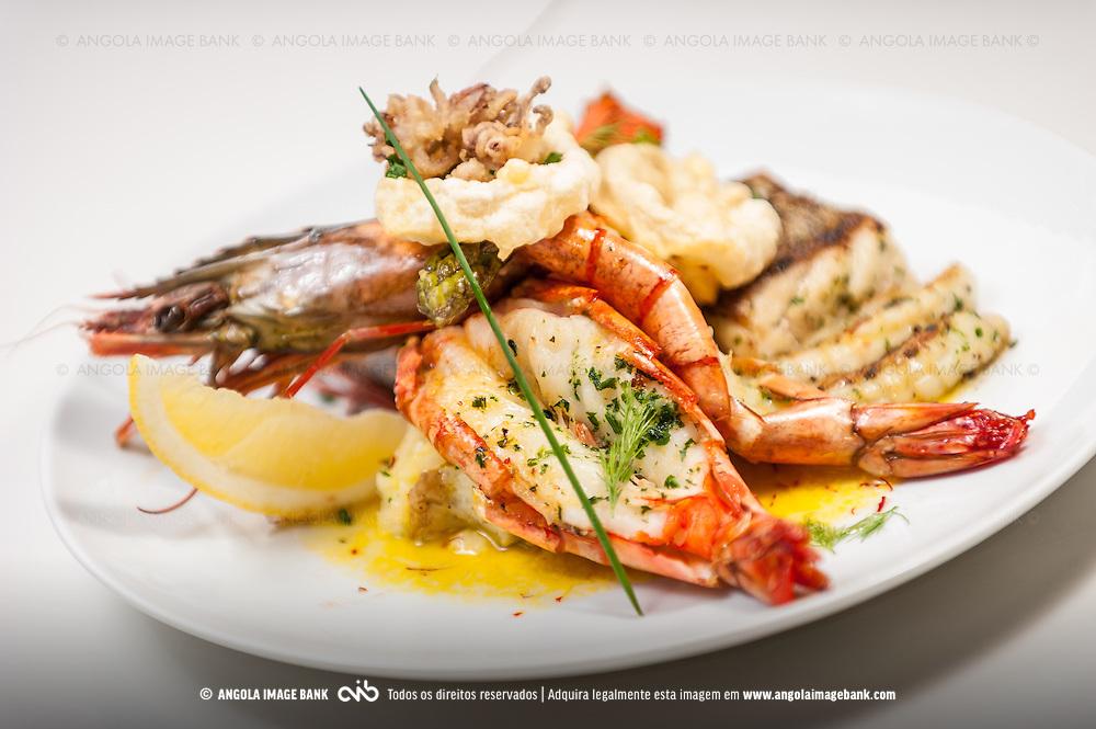 Prato de marisco grelhado, batata esmagada e manteiga branca de açafrão. Receita do Chef Samson Peter do restaurante Oon-dah (Luanda, Angola)