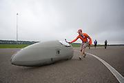 Gertjan voert een perfecte handstart uit. Op de RDW baan bij Lelystad test het Human Powered Team Delft en Amsterdam de nieuwe recordfiets , de VeloX3. Met de speciale ligfiets wil het team dat bestaat uit studenten van de TU Delft en de VU Amsterdam het wereldrecord fietsen verbreken. Dat staat nu op 133 km/h.<br /> <br /> At the RDW test track near Lelystad the Human Powered Team Delft and Amsterdam test the new record bike, the VeloX3. With the special recumbent bike the team, consisting of students of the TU Delft and the VU Amsterdam, wants to set a new world record cycling. The current speed record is 133 km/h.
