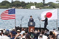 US-Präsident Barack Obama und Japans Premier Shinzo Abe beim Gedenken an die Opfer des japanischen Angriffs auf Pearl Harbor vor 75 Jahren / 271216<br /> <br /> <br /> <br /> ***Japanese Prime Minister Shinzo Abe (C) and U.S. President Barack Obama (R) are ready to give speeches on a pier at Pearl Harbor in Hawaii on Dec. 27, 2016. The two leaders commemorated those who died in the Japanese surprise attack in 1941.***