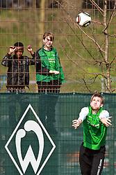 13.04.2010, Weserstadion, Bremen, GER, Training Werder, im Bild Zaung?ste beobachten Per Mertesacker (GER Werder #29) bei einem Einwurf. EXPA Pictures © 2010, PhotoCredit: EXPA/ nph/  Arend / SPORTIDA PHOTO AGENCY